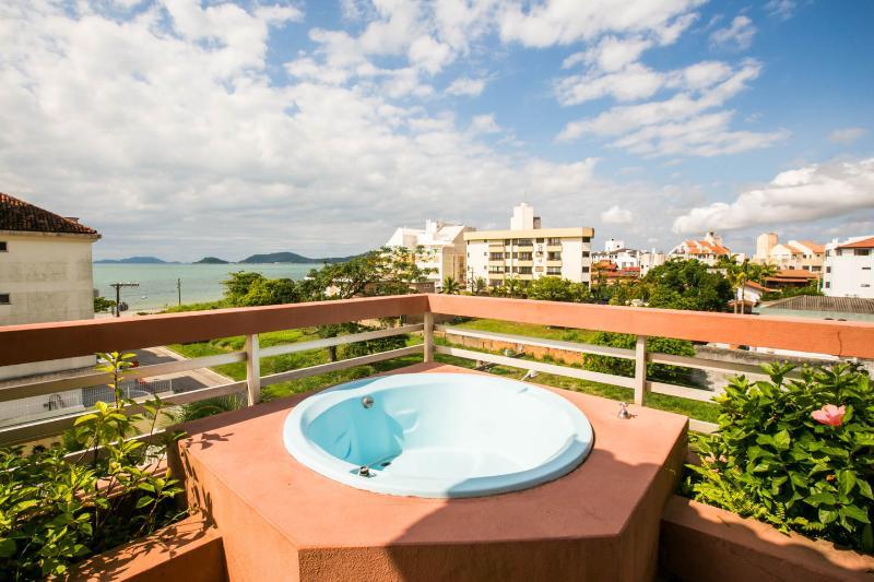 Apartamento de cobertura vista panorâmica da praia, holiday rental in Florianopolis