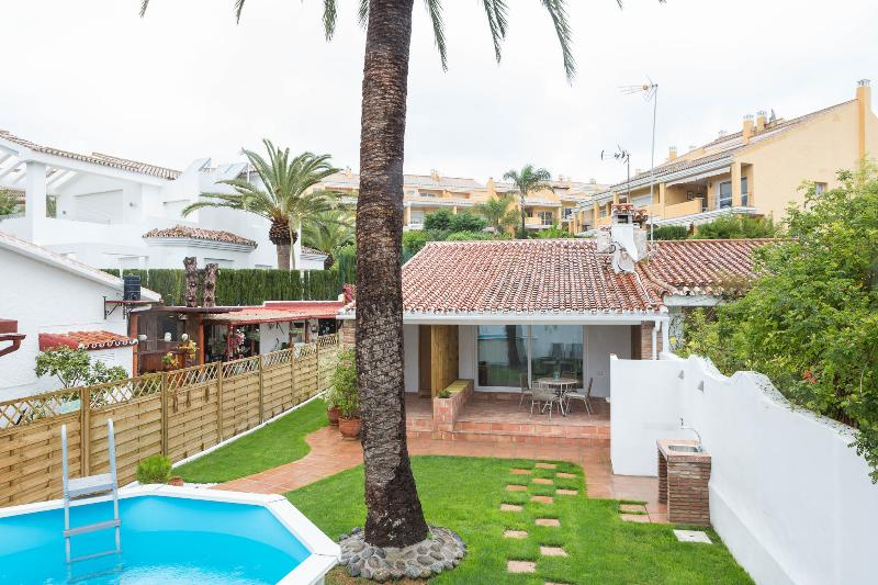 Casa con piscina, wifi y jardín a 80 metros del mar, casa vacanza a Elviria