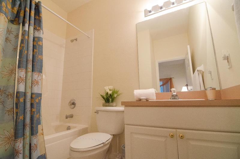 En suite bathroom for poolside queen bedroom