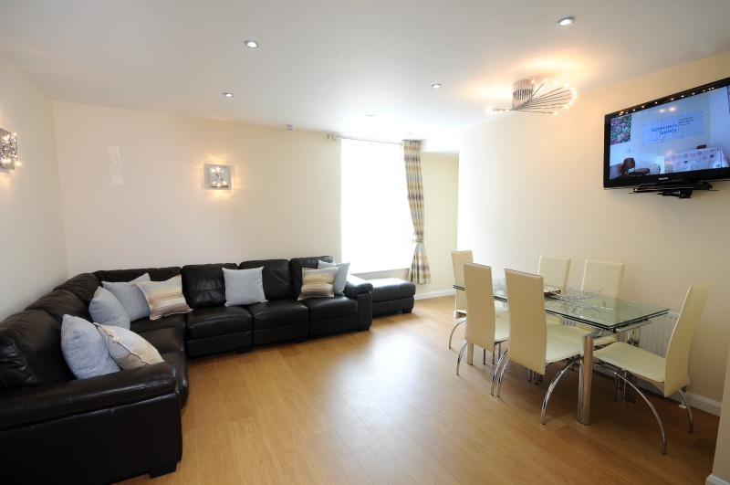 Coast Apartments Shells; very spacious 3 bedrooms -  max 6 adults, 2 children, holiday rental in Blackpool
