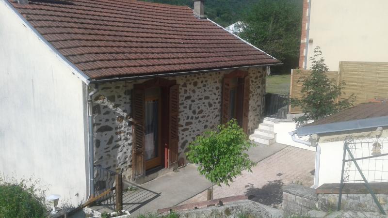 Jolie façade en pierres du pays, accès terrasse