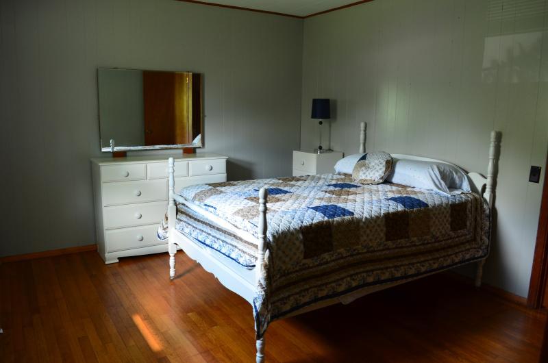 Chambre n ° 2 a un lit double.