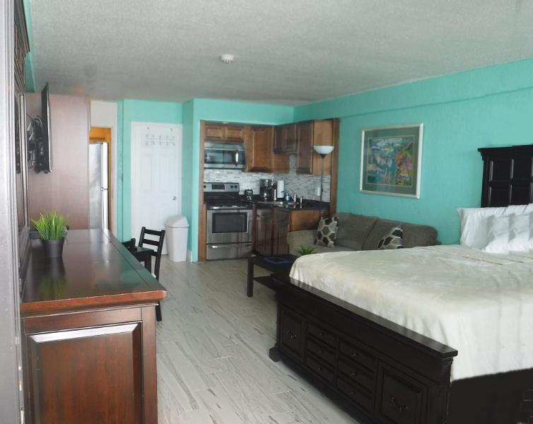 Hawaiian Inn Oceanfront Condo Daytona Beach Shores, casa vacanza a South Daytona