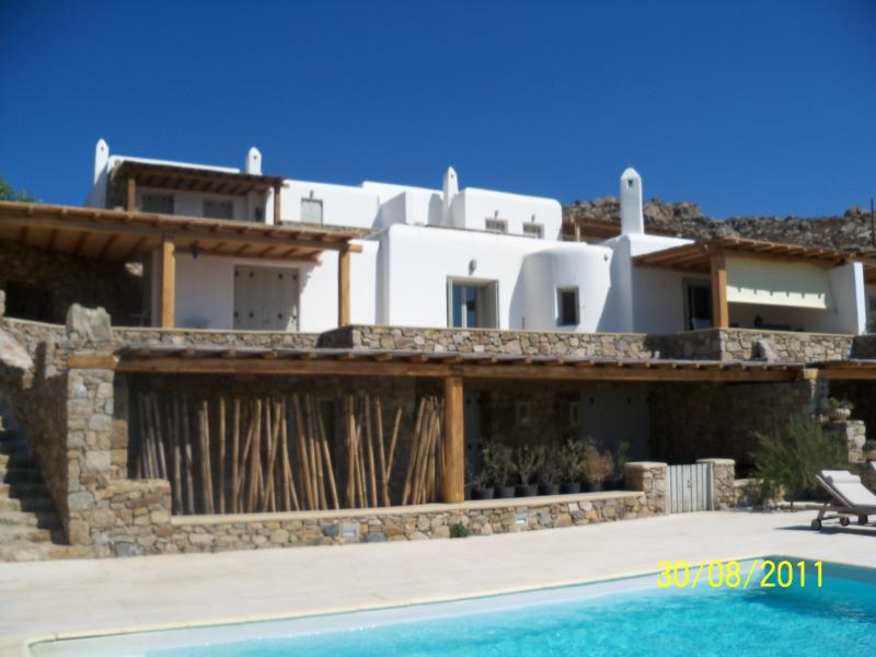 ELEGANT HOUSE IN KOUNOUPAS HILL, holiday rental in Ano Mera