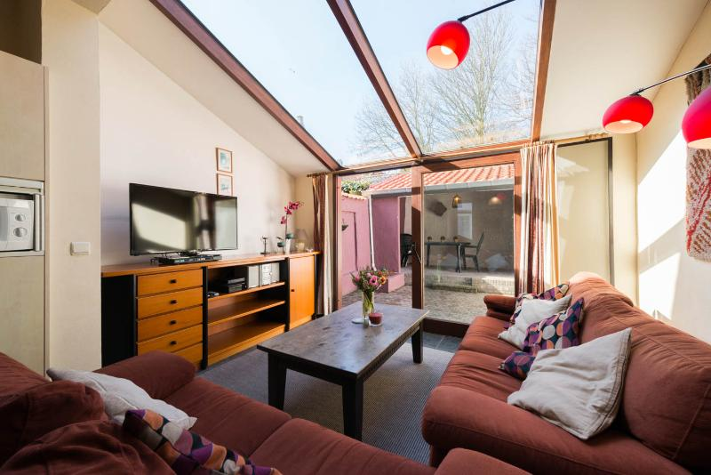 Holiday house, 5' walk off Market Hall: Opaal, holiday rental in Sint Andries