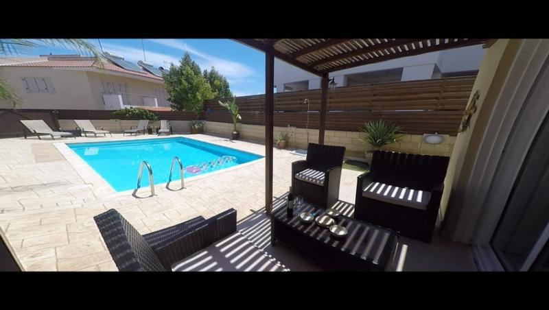 Terrasse avant, avec vue sur la piscine privée.