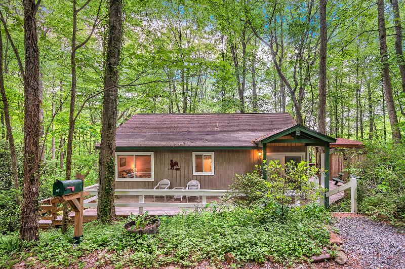 Smoky Mountain Treehouse - Cozy, Clean, Hot Tub, WiFi, Central Heat/Air, Reviews, vakantiewoning in Maggie Valley