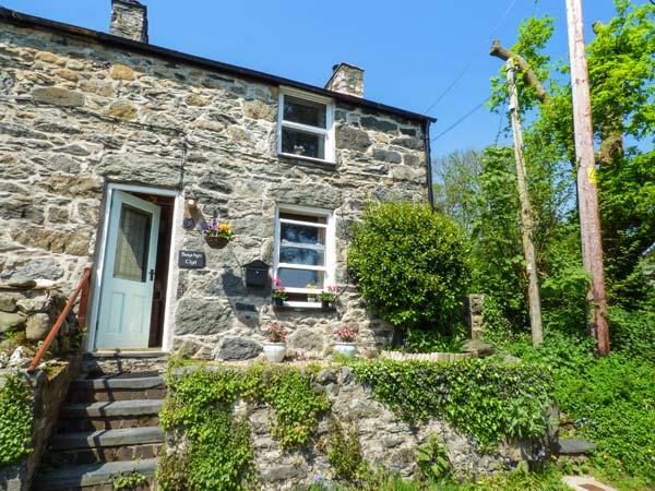BWYTHYN CLYD, end-terrace, woodburner, paved patio and garden, in Talybont, Ref, holiday rental in Rowen