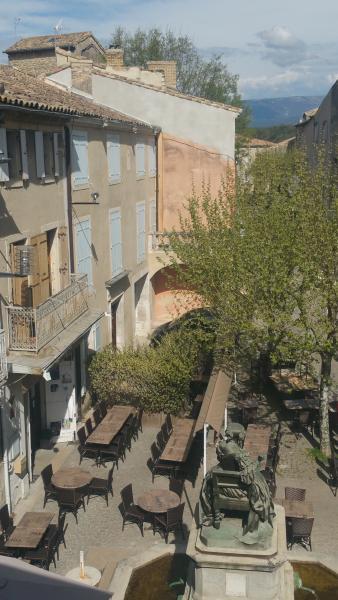 vue du salon sur la terrasse des café, restaurant,...