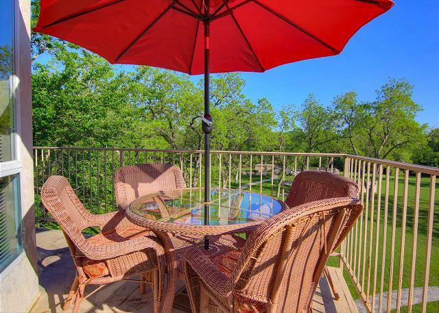 2 Pools, 4 Hot tubs on the Guadalupe River! Walk to Schlitterbahn!, holiday rental in New Braunfels