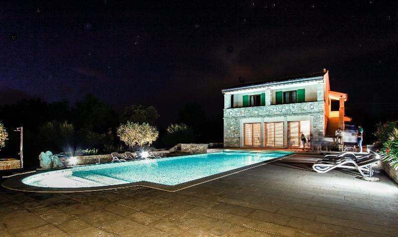 FAMILY YELLOW HOME con piscina - Villa Borgo San Nicolò UMAG, alquiler vacacional en Umag