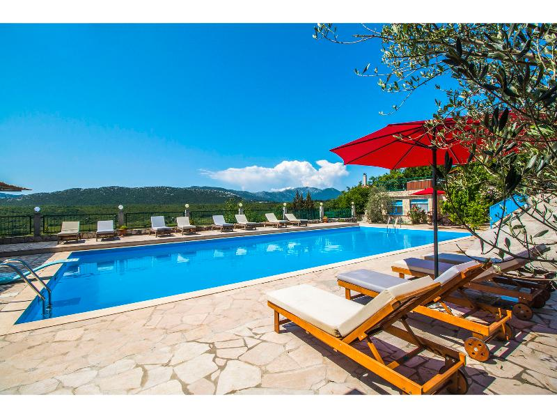 Villa Krnic with Olympic pool, Multimedia lounge bar, Party club, alquiler de vacaciones en Omis