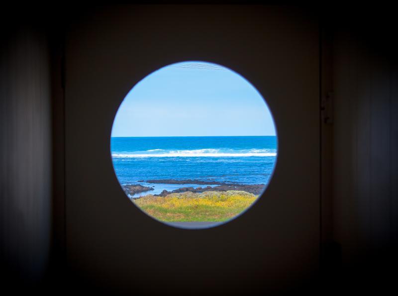 vista al mar desde el pasillo del desván