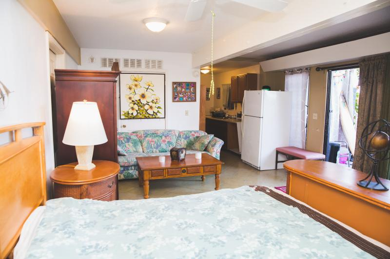 Extra Large studio room 2x size of pictured room, vacation rental in Kailua-Kona
