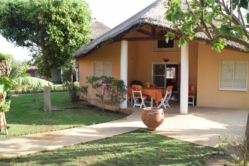 La villa, sa terrasse et son jardin