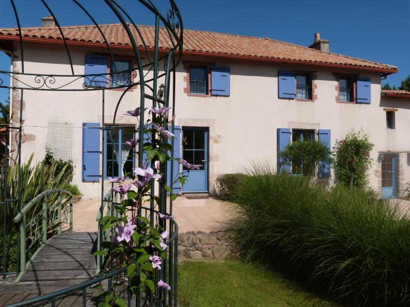 MAGNIFIQUE MAISON DE MAITRE EN CAMPAGNE, holiday rental in Chateau-Guibert