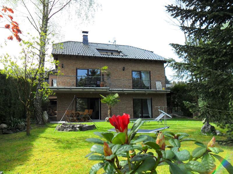 Ferienhaus zum Grünen Wald mit Ansicht vom Garten auf das komplette Haus