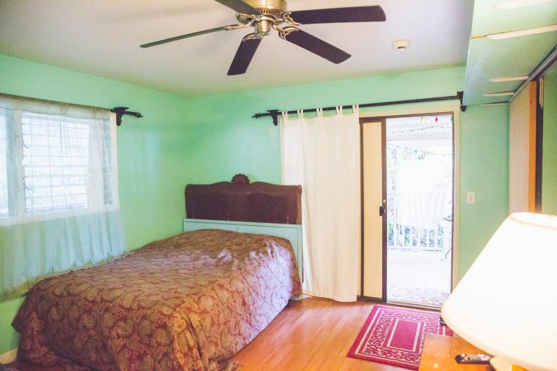 Last minute cancelation  STUDIO tucked away w own Deck, vacation rental in Kailua-Kona