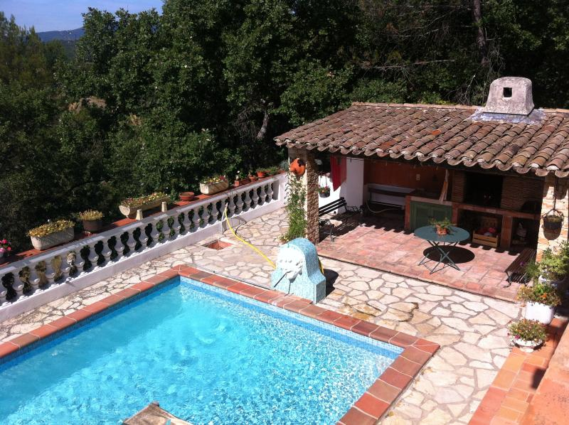 Villa provençale piscine 8 personnes, holiday rental in Bras