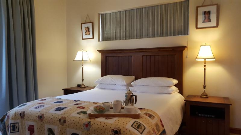 lit avec matelas de haute qualité et de la literie