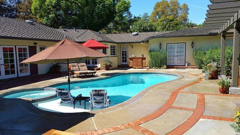 Relax by the Pool at Garden Casa de La Altadena, enjoy the peace by Eaton Canyon, vacation rental in Altadena
