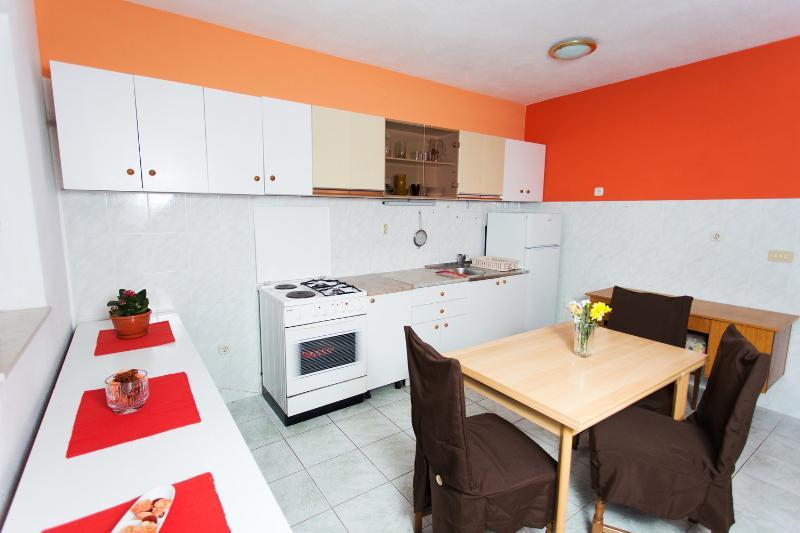 Nice apartment near beach, vacation rental in Kastel Kambelovac