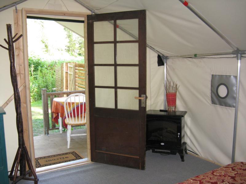 glamp intérieur avec cheminée faux, table et fauteuils
