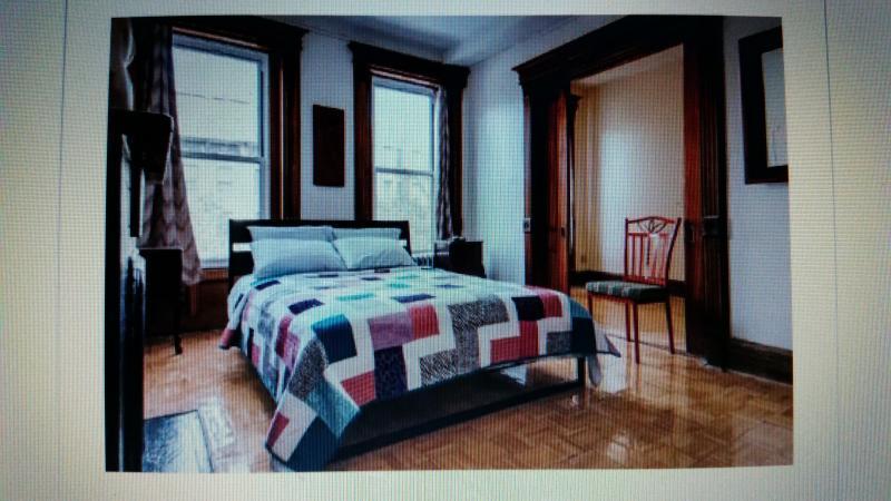 El dormitorio principal con una habitación contigua a la oficina o la meditación