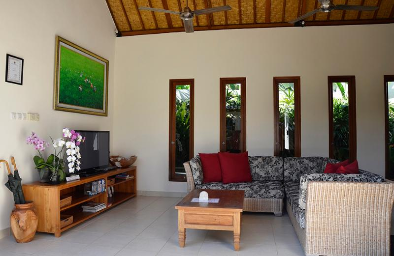 A large flat screen TV, DVD player and book collection is there for you to enjoy.