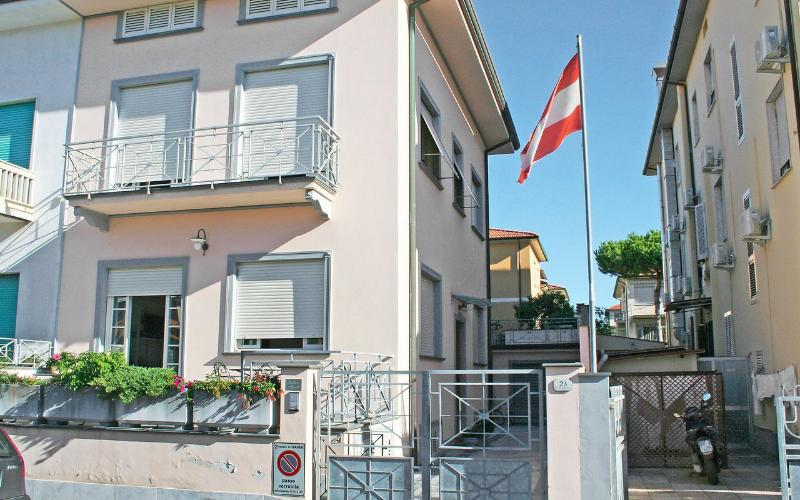 Casa Salicone, spacious house near the beach, sleeps 10, garden and terrace, holiday rental in Lido Di Camaiore