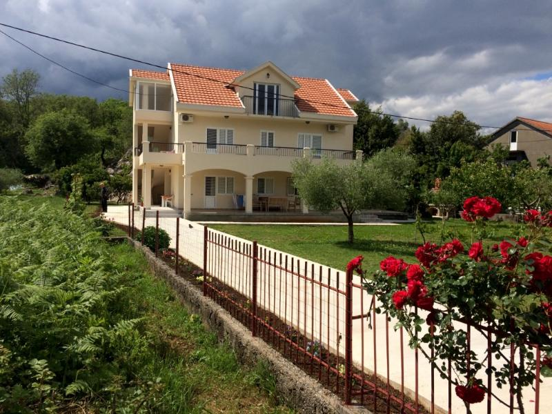 Apartments Starcevic, vacation rental in Radovici