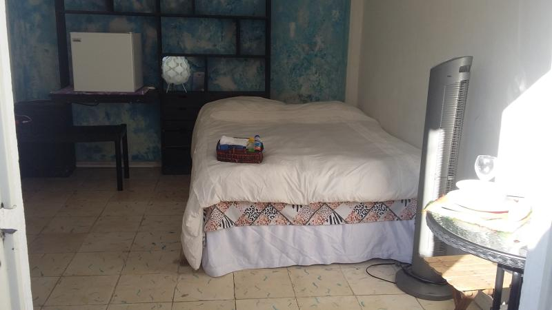 double bed with fan. It has no air conditioning, is completely independent, wifi, fridge, etc.