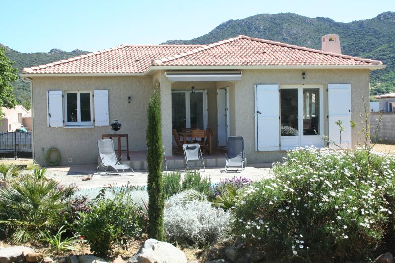 Maison individuelle avec piscine privative, casa vacanza a Belgodere