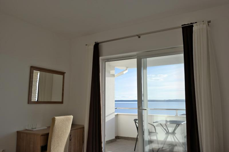 Private room with the sea view + kitchen use, holiday rental in Rtina