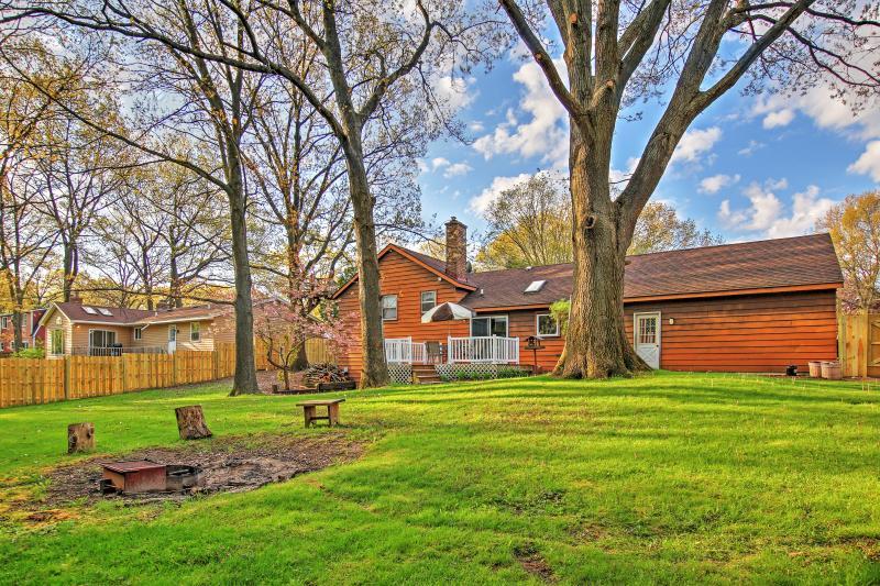 El amplio patio trasero es ideal para tu grupo de 10.