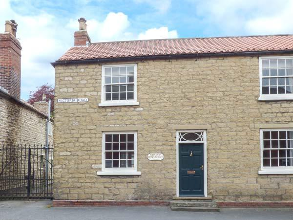 THE OLD PIPE HOUSE, semi-detached Georgian house, woodburning stove, enclosed, holiday rental in Old Malton