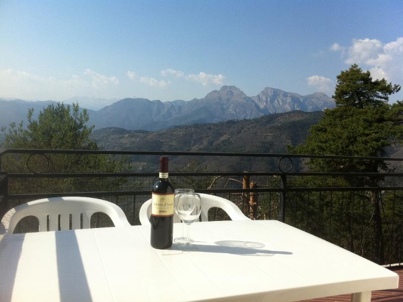 Spacious mountain villa with spectacuar views, vacation rental in Ceriana