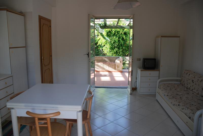 Divano Maria Rosario : Casa giardino a lipari has air conditioning and private yard