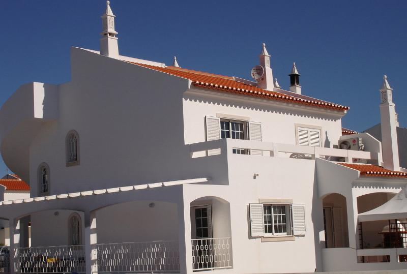Lovely 6 bed 5 bath house. with private pool. walking to beach., alquiler vacacional en Sao Bartolomeu