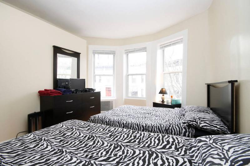Master Room - Full SZ bed, Night stnd lmp, Dreser/Miror, Closets, A/C, Cable/TV & WiFi, RM DR W/Lock