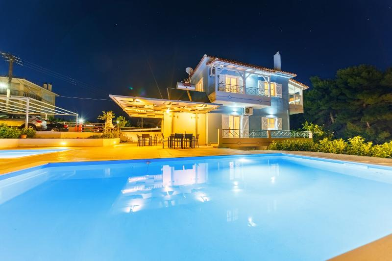 Friends & Family House with two swimming pools, aluguéis de temporada em Kastania