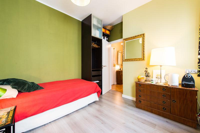 Shiny and quiet room in the city center (2 beds), vacation rental in Madrid