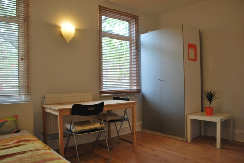 Splendid STUDIO just few yards from King Cross STA, casa vacanza a Ripponden