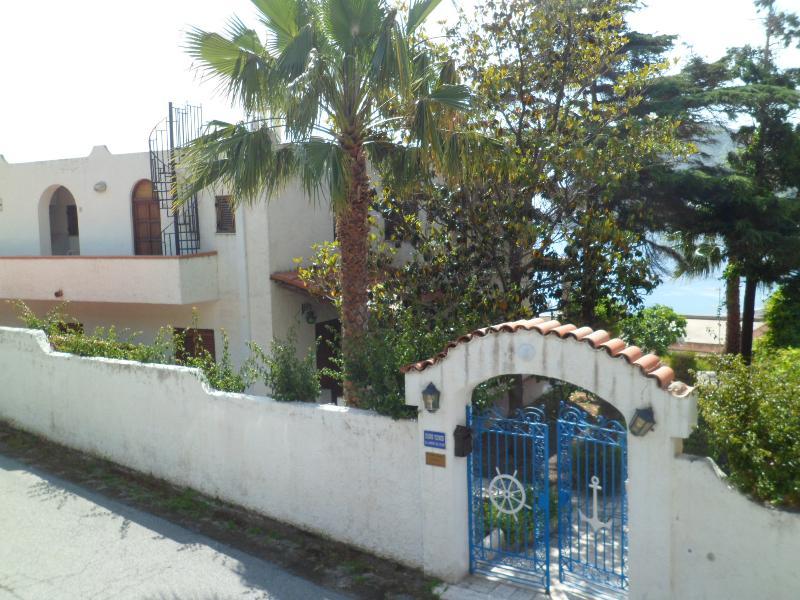 APPARTAMENTI IN VILLA TIPO B, location de vacances à Quattropani