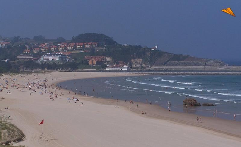 Playa de Merón.  Al fondo la Urbanización Atalaya (edificio blanco).