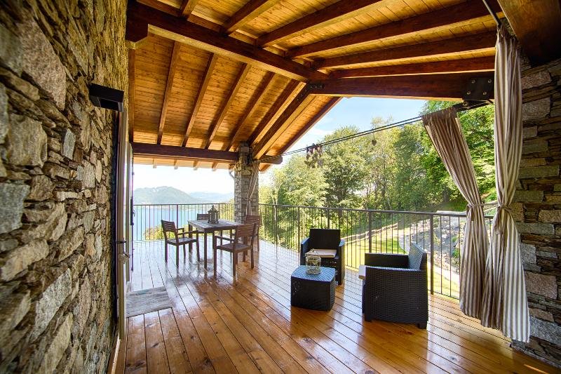 I FAGGI Country House with wonderful LAKE VIEW  in Levo on the hills of Stresa, alquiler vacacional en Stresa