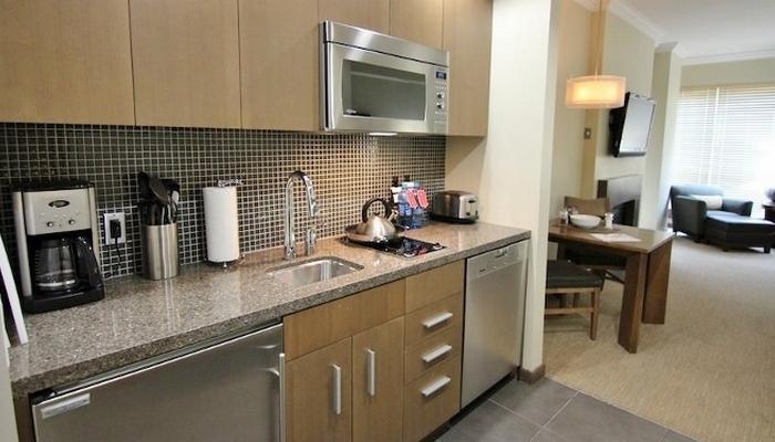 Este condominio cuenta con una cocina moderna con electrodomésticos de alta gama.