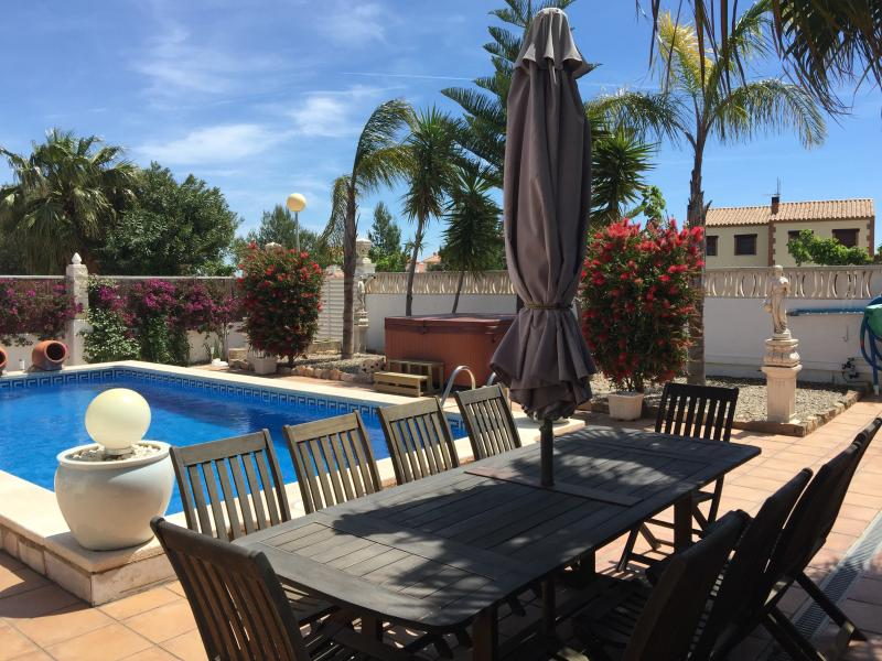 Outdoor dining for 10 alongside private 8x4m pool & hot tub