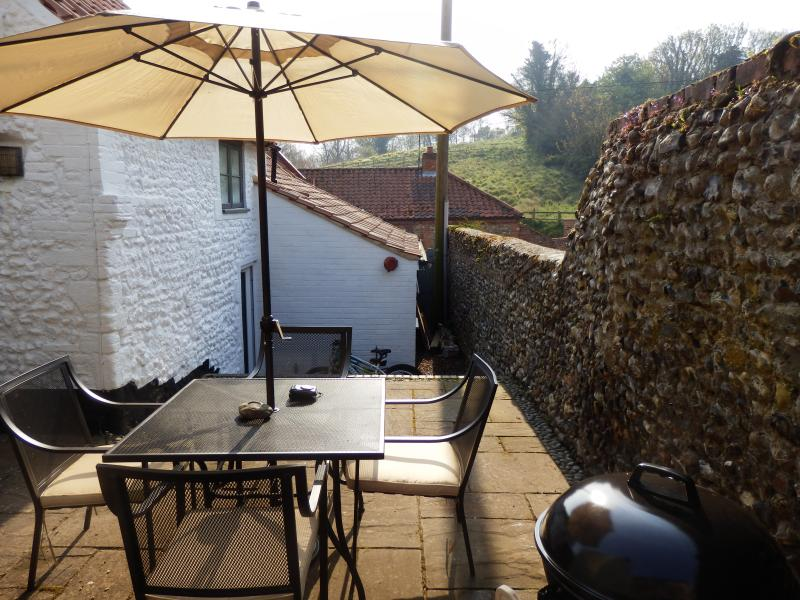 BBQ & seating area - fully enclosed