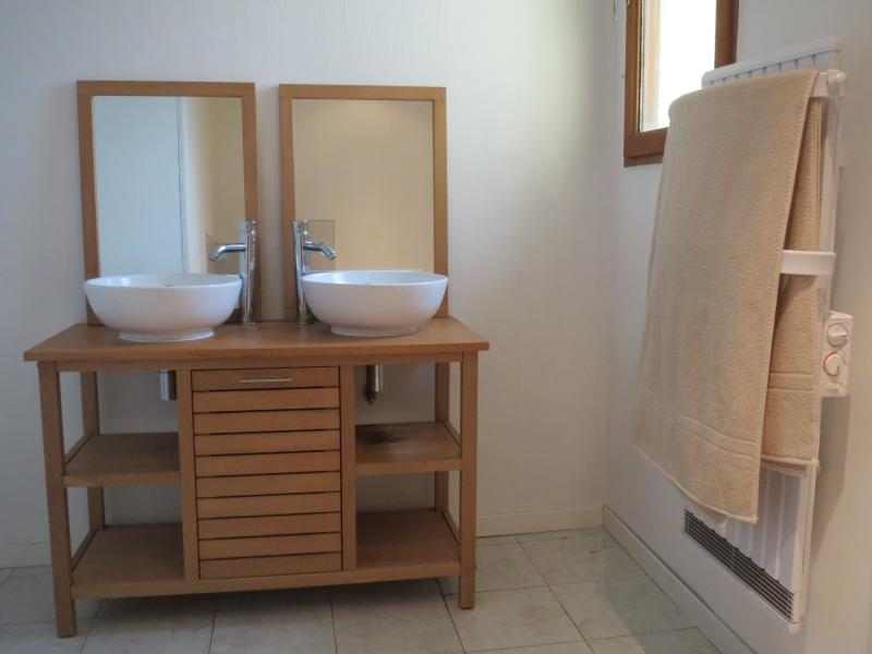 Upstairs family bathroom (view 2)